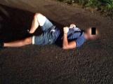 Namol opilý muž ležel na silnici, přivolaným policistům následně vyhrožoval