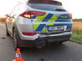 Opilý řidič naboural do policejního auta se zapnutými majáky