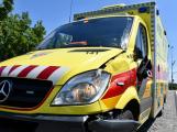 Pátrání: Řidič naboural sanitku a ujel, ta převážela pacienta do nemocnice!