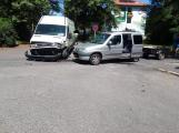 Zase ta přednost, u Chmelnice havarovala dvě vozidla