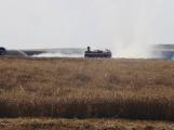 Hasiči likvidují rozsáhlý požár pole u Ouběnic