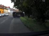 Záznam z palubní kamery: Namol opilý řidič naboural stojící vůz a ujel, policisté ho našli v hospodě