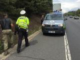 Opatrně na dálnici, po havárii motorkáře je v místě větší počet osob