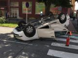 V centru města se srazila dvě auta, jedno skončilo na střeše
