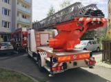 U požáru bytu v Dobříši zasahují hasiči