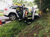 Řidič Jeepu vyjel mimo silnici a narazil do stromu