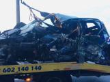 Video: Hasiči stále odstraňují následky tragické dopravní nehody u obce Počaply