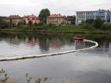 Hasiči likvidují únik ropné látky do vody