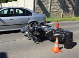 Ke střetu dvou osobních vozidel s motorkářem došlo u obce Vysoká Pec