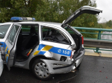 Zfetovaný motorkář se zákazem řízení naboural policejní auto