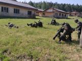 Dělostřelci si v Brdech vyzkoušeli pozici raněného a situaci jednotky pod palbou