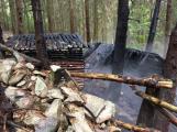 Hasiči po bouřce odčerpávají sklepy, odklízejí stromy a likvidují požár srubu