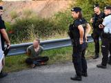 Zdrogovaný zloděj bez řidičáku ujížděl policejní hlídce