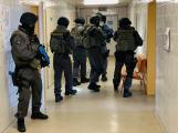 Speciální jednotka zachraňuje rukojmí v příbramské nemocnici. Naštěstí jen cvičně