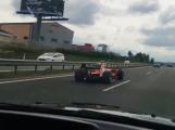 Video: Formulí se proháněl po dálnici, nyní je v hledáčku policie