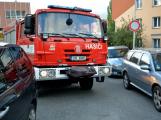 Tři metry k životu: Hasičům blokují průjezd špatně zaparkovaná auta