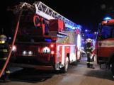 Rodinný dům zachvátily plameny, desítky hasičů bojovaly s ohněm