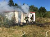 Požár stavebních buněk zaměstnal hasiče
