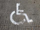 Nově vzniklé parkoviště zdobí dopravní značení, na štěrku
