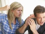 Proti domácímu násilí může pomoci aplikace v mobilu, bude zdarma