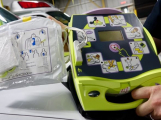 Středočeský kraj pořídí defibrilátory do škol za 10 milionů korun