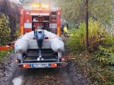 Příbramští hasiči zachránili dítě, které zapadlo v bahně ve vypuštěném rybníce
