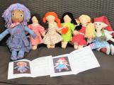 Senioři ušili panenky na pomoc chudým dětem