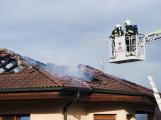 Plameny zachvátily střechu rodinného domu, hasiči vyhlásili druhý stupeň poplachu