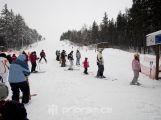 Příznivé počasí přilákalo do středočeských areálů davy lyžařů