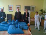 Společnost Wheelabrator darovala nemocnici pomůcky pro polohování pacientů