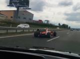 Muž, který měl řídit na dálnici formuli, svou vinu odmítá