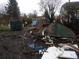 Zbytky zahradních domků u Čekalíkovského rybníka padly dnes k zemi