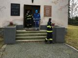 V kostele byl cítit plyn. Než přijeli hasiči, prostory odvětrali