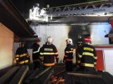 Devět hasičských jednotek likviduje požár zemědělského objektu v Nechvalicích
