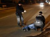 Zfetovaný muž přivolaným policistům nadával a vyhrožoval, skončil v cele