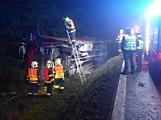Řidič kamionu najel na krajnici, která se utrhla. Vozidlo skončilo na boku