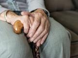 Místa v domovech seniorů zoufale chybí, ve frontě čeká 250 žadatelů