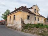 Nový Knín: Bývalá včelařská škola již nechátrá. Novým majitelem je malíř a restaurátor