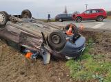 Po nehodě u Sedlčan skončilo auto na střeše