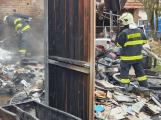 Šest hasičských jednotek likviduje požár dílny. Uvnitř se ozývaly výbuchy