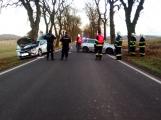 Nedobrzdil a narazil do vozidla, které odhodil na strom