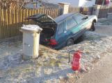 """Na namrzlé vozovce nezvládl řízení, """"zaparkoval"""" v příkopu"""