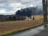 Hasiči likvidují požár odpadu v kovošrotu