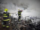 Hasiči stále dohašují požár elektroodpadu v Sedlčanech