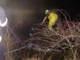 Zbytky pyrotechniky začaly hořet na přívěsném vozíku. Kolemjedoucí řidiči situaci vyřešili