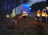 Po střetu dvou dodávek se jedna převrátila na bok. Řidiči utrpěli zranění