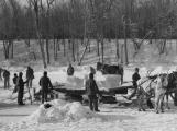 Když řeka zamrzla, přišli na řadu ledaři. Sklepení místních hostinců se plnila ledem z Vltavy
