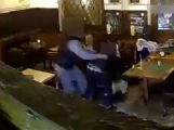 Brutálně napadla v pivnici seniora. Po úderech zůstal ležet bezvládně na zemi