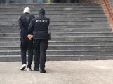 Policie stíhá muže kvůli střelbě na auto a cisternu, hrozí mu 20 let vězení