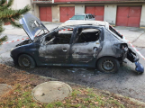 Hasiči likvidovali požár auta, mezitím byli okradeni